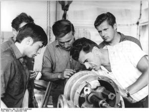 Un groupe d'hommes qui travaillent ensemble