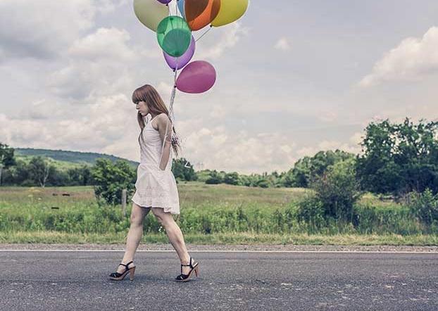 Une femme avec des ballons